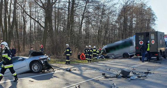 W miejscowości Widełka między Kolbuszową i Rzeszowem na Podkarpaciu doszło do poważnego wypadku. Bus zderzył się z samochodem osobowym na DK 9.
