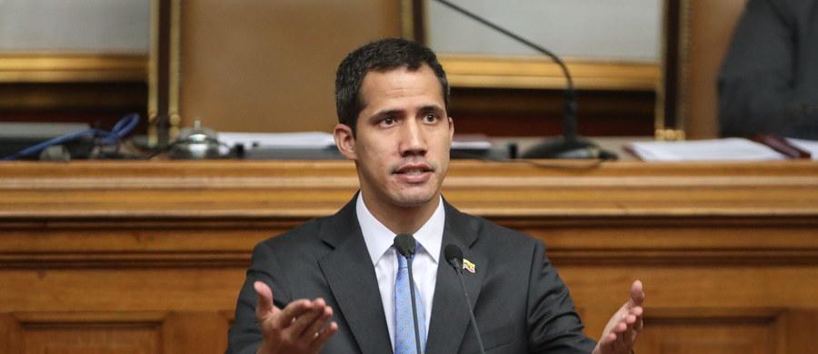 """Wenezuelski parlament uchwalił dekret o wprowadzeniu stanu wyjątkowego na terenie całego kraju, zaproponowany przez przewodniczącego Zgromadzenia Narodowego i tymczasowego prezydenta Wenezueli Juan Guaido. """"Stan wyjątkowy jest wprowadzony na terytorium całego kraju (...) z powodu katastrofalnej sytuacji w związku z przerwaniem dostaw elektryczności"""" - brzmi dekret podpisany przez Guaido, który zaapelował o """"międzynarodową współpracę""""."""