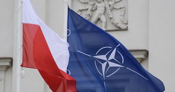 Wstąpienie do Paktu Północnoatlantyckiego oznaczało dla polskiego wojska szereg fundamentalnych zmian. Poza ograniczeniem liczebności, rezygnacją z poboru na rzecz armii zawodowej rozpoczęła się znacząca modernizacja wojska. Jednym z jej elementów podstawowych była zmiana uzbrojenia strzeleckiego i nabojów poradzieckich na NATO-wskie. Po prostu przekalibrowanie na ogromną skalę.