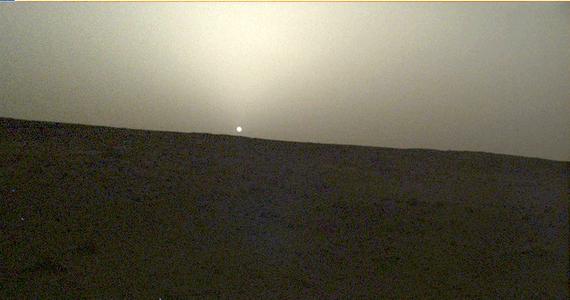 Polski Kret ma na Marsie dwutygodniowe ferie, naukowcy i inzynierowie NASA i Niemieckiej Agencji Kosmicznej (DLR) - wręcz przeciwnie. Trwają ożywione debaty na temat przyczyn zablokowania się penetratora sondy kosmicznej InSight, który po blisko 10 tysiącach uderzeń zagębił się w marsjański grunt nie więcej, niż 30 centymetrów. Pierwsze opinie wskazywały, że po ominieciu jednego kamienia Kret utknął na kolejnym. Teraz nie wyklucza się, że mógł zakleszczyć się w prowadnicy stelaża sondy termicznej HP3.