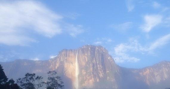 Pięciu śmiałków z Polski wyruszyło do Wenezueli, by zdobyć i zjechać na linach z dziesięciu najwyższych wodospadów świata. Darek Pachut, Dimitri Wika, Paweł Jankowski, Jan Wierzejski i Miłosz Forczek postanowili rozpocząć od największego wodospadu świata - Salto Angel, który mierzy 979 metrów. Są już w połowie zjazdu z niego. Przed nimi jeszcze kolejnych dziewięć, dotąd niezdobytych. Tuż przed wylotem z kierownikiem wyprawy Dariuszem Pachutem rozmawiał Maciej Pałahicki.