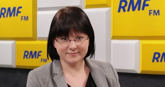 """""""Jarosław Kaczyński jest szarmanckim człowiekiem, niezwykle kulturalnym starszym panem, a prawda jest taka, że to on blokuje ochronę życia w Polsce, ulega lobby aborcyjnemu, ulega lobby LGBT"""" - mówi w Porannej rozmowie w RMF FM Kaja Godek. Działaczka pro-life, startująca w wyborach do Parlamentu Europejskiego z prawicowej Konfederacji KORWiN - Braun - Liroy - Narodowcy, unikała odpowiedzi na pytanie Roberta Mazurka, dotyczące słów Janusza Korwin-Mikkego obrażających uczniów niepełnosprawnych. """"Nie interesują mnie wypowiedzi sprzed jakiegoś czasu"""" - stwierdziła jedynie Godek. Nie chciała też komentować słów Roberta Winnickiego, który chwalił narodowców krzyczących w Białymstoku, że """"na drzewach będą wisieć syjoniści"""". Uniknęła też skomentowania wypowiedzi Piotra Marca """"Liroya"""", który zapowiadał, że chciałby nakręcić film pornograficzny. """"Wchodząc do koalicji, stawiałam sprawę jasno, po co tam wchodzę"""" - skomentowała Godek."""