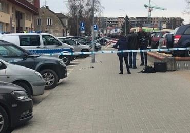 Białystok: Atak z użyciem noża przed komendą policji. Dwie osoby ranne
