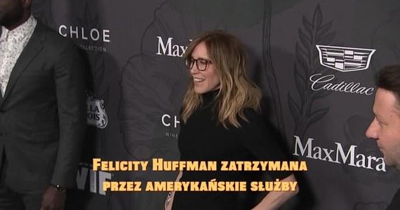 """Felicity Huffman została zatrzymana przez amerykańskie służby. Aktorka jest zamieszana w aferę łapówkarską. Znani i zamożni rodzice płacili duże pieniądze za przyjęcie ich dzieci na uczelnie wyższe, jak np. Yale czy Georgetown. Za 15 tys. dolarów córka Huffman dostała 2 razy więcej czasu na testach SAT. Ponadto osoba sprawdzająca miała dyskretnie korygować błędne odpowiedzi dziewczyny. Huffman została wypuszczona z więzienia po wpłaceniu 250 tys. dolarów kaucji. W całą sprawę zamieszana jest także m.in. Lori Loughlin z serialu """"Pełna chata""""."""