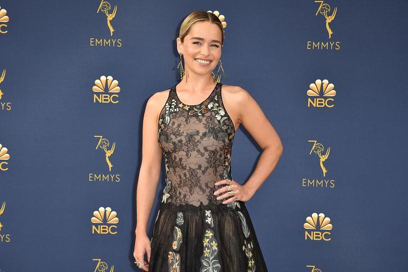 """14 kwietnia 2019 roku stacja HBO wyemituje pierwszy odcinek ósmego i ostatniego sezonu """"Gry o tron"""". Wcielająca się w Daenerys Emilia Clarke, która występuje w produkcji od 2011 roku, przyznała, że ostatniego dnia na planie nie mogła opanować emocji i wybuchnęła płaczem."""