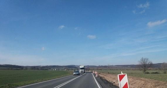 """Od czwartku kierowcy poruszający się krajową """"5"""" z Wrocławia do Jeleniej Góry nadrobią prawie 25 kilometrów w jedną stronę. Wszystko przez zamknięcie krótkiego, 2-kilometrowego odcinka drogi."""