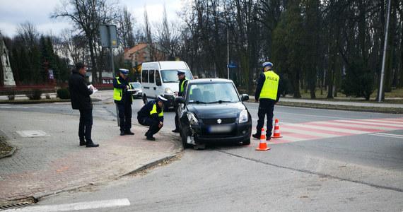 Sędzia Sądu Rejonowego w Zawierciu (Śląskie), prowadząc pod wpływem alkoholu, wjechała w drzewo. Potem odjechała z miejsca zdarzenia. Policję zawiadomił świadek. Kobieta została zatrzymana kilka ulic dalej.