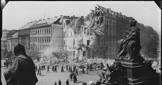 Już od czwartku w Muzeum Architektury we Wrocławiu będzie można zobaczyć kolekcję fotografii dokumentujących wojenne zniszczenia Pragi, które przypominają zapomniany dziś rozdział historii stolicy Czech.