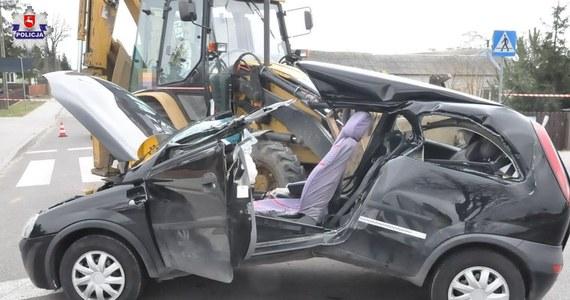 """Policjanci z Łukowa na Lubelszczyźnie badają okoliczności wypadku, do którego doszło we wtorek w Bystrzycy na drodze wojewódzkiej nr 808. Kierująca oplem 30-latka wjechała na stalową linę, którą ciągnik rolniczy holował koparkę. Kobieta została ciężko ranna. Teraz policjanci sprawdzają między innymi, czy """"hol"""" był zgodny z obowiązującymi przepisami."""