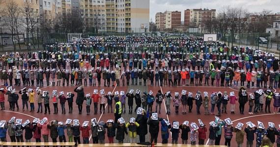 Około 900 osób: uczniów i nauczycieli Szkoły Podstawowej nr 27 w Katowicach ustawiło się na boisku z cyframi, które są rozwinięciem dziesiętnym liczby Pi. Zakończyła się próba pobicia rekordu Guinessa w prezentacji niezwykłej liczby, która ma dziś swoje święto.