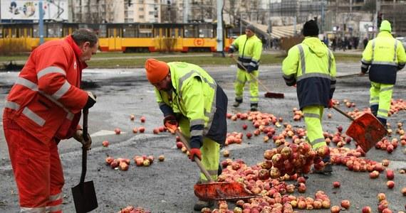 Kolejnych kilkunastu rolników, którzy brali udział we wczorajszym proteście na Placu Zawiszy w Warszawie, ma usłyszeć zarzuty - dowiedział się reporter RMF FM. Wczoraj protestujący na rondzie rozsypali jabłka, zapalili słomę i opony. Już w środę 8 uczestników akcji zostało zatrzymanych.