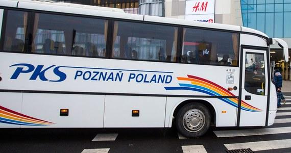"""Przedsiębiorstwo jest nierentowne - to w skrócie uzasadnienie władz Poznania dotyczące planów likwidacji poznańskiego PKS. Firma od 2010 roku należy do miasta. Niedawno na biurka urzędników trafiły wyniki analizy przeprowadzonej przez biegłego rewidenta. Wynika z nich, że jeśli miasto chciałoby utrzymać przewozy - będzie musiało do nich dopłacać. Urzędnicy przygotowali więc pięć projektów uchwał dotyczących dalszych losów PKS-u. """"Jeśli którakolwiek z nich zostanie przyjęta, oznacza to podzielenie spółki i likwidację wszystkich połączeń od lipca 2019 roku"""" - mówi Dorota Duda-Mosielska z PKS Poznań."""