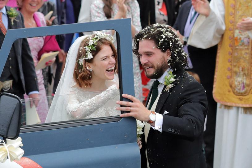 """Rose Leslie i Kit Harington poznali się na planie serialu HBO """"Gra o tron"""". Miłość połączyła parę w 2012 roku, a ślub wzięli w 2018 roku. Teraz serialowi Jon Snow i Ygritte przekazali fanom radosną nowinę, że już niedługo zostaną rodzicami."""