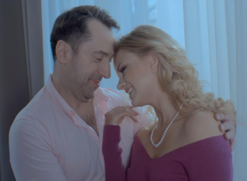"""W Dniu Kobiet lider zespołu Boys zaprezentował swój nowy solowy teledysk """"Na karuzeli życia""""."""