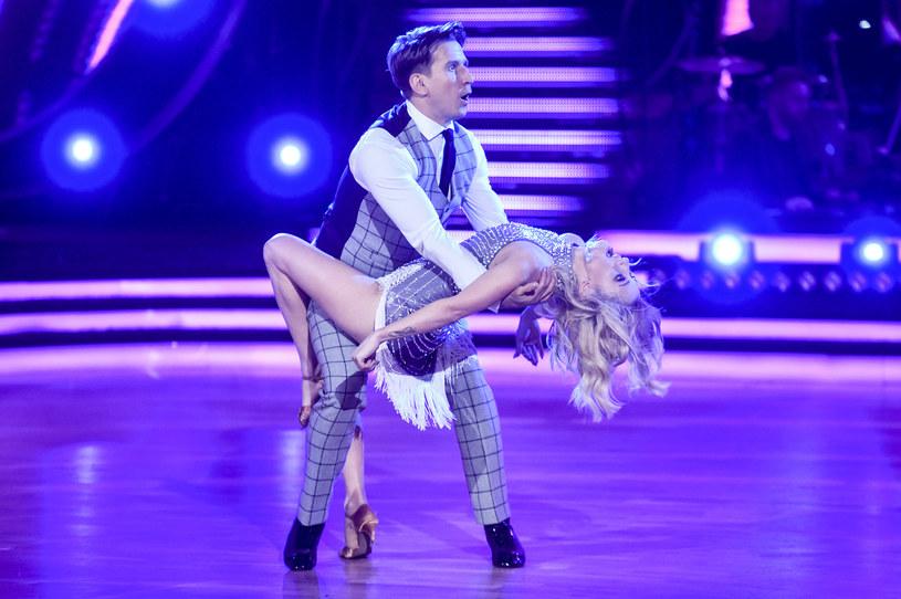 """Jak na razie Justyna Żyła słabo radzi sobie na parkiecie """"Tańca z Gwiazdami"""". Jak będzie w trzecim odcinku? Byliśmy w sali treningowej, żeby zobaczyć, jak do piątkowego (15 marca) występu przygotowuje się ze swym tanecznym partnerem Tomkiem Barańskim. Co zatańczą tym razem?"""