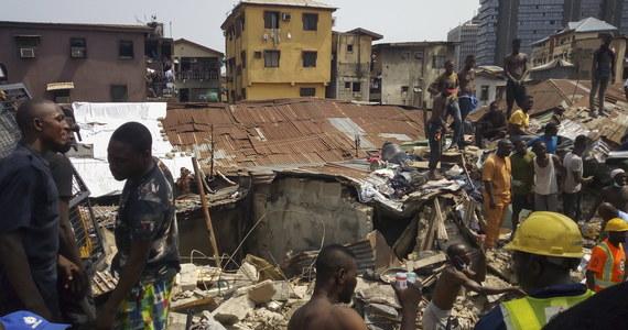 Nigeryjskie władze poinformowały w czwartek o wstrzymaniu akcji poszukiwawczej na miejscu środowej katastrofy budowlanej w Lagos w Nigerii. W środę wieczorem podano, że spod gruzów wydobyto osiem ciał i 37 żywych osób. Nie wiadomo, ile osób jest uznawanych za zaginione.