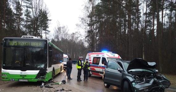 Cztery osoby zostały przewiezione do szpitala po czołowym zderzeniu samochodu osobowego z autobusem Białostockiej Komunikacji Miejskiej. Do wypadku doszło na ulicy 42. Pułku Piechoty.