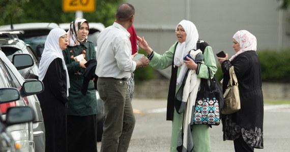 """""""Ktoś obok mnie powiedział, żebym był cicho. Potem widziałem, jak zamachowiec strzela mu prosto w klatkę piersiową"""" - tak opowiada jeden ze świadków zamachów, do których doszło w Christchurch w Nowej Zelandii. Według ostatnich informacji zginęło 49 osób, 20 zostało poważnie rannych. Terroryści wtargnęli do dwóch meczetów w mieście i otworzyli ogień do znajdujących się tam osób. Do tej pory zatrzymano trzech mężczyzn i kobietę."""