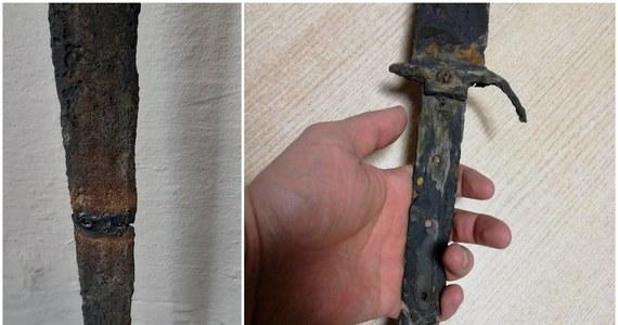 48-letni mieszkaniec powiatu jasielskiego (Podkarpackie) znalazł średniowieczny miecz. Gdy chciał wyprostować jego wygięte ostrze, miecz się złamał. Mężczyzna przy użyciu spawarki elektrycznej zespawał dwie części ostrza. Teraz może odpowiadać za zniszczenie zabytku.