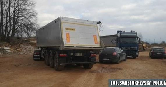 Cztery osoby zostały zatrzymane przez policję podczas nielegalnego rozładunku niebezpiecznych odpadów w miejscowości Osiny koło Kielc. Beczki z ropopochodną substancją miały podchodzić z podkrakowskiej Skawiny. W sumie zabezpieczono 55 ton nielegalnych odpadów.