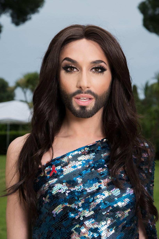 Kontrowersyjna i budząca wiele emocji Conchita Wurst - postać, którą wykreował Thomas Neuwirth, znów przeszła wizerunkową metamorfozę. Wokalista zerwał z rolą drag queen przeobrażając się w stuprocentowego mężczyznę. Zobacz, jak teraz wygląda!