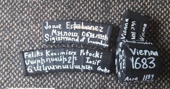 Na karabinie sprawcy zamachu na meczety w Christchurch w Nowej Zelandii widniały napisy nawiązujące do polskiej historii. 28-latek z Australii zabił 49 osoby, ranił 20 kolejnych.