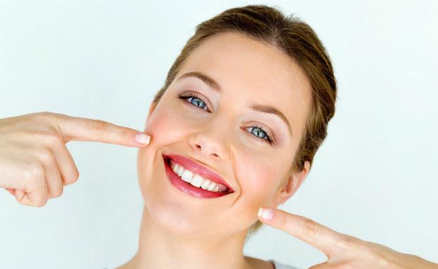 """Stan zdrowia zębów i jamy ustnej ma znaczący wpływ na zdrowie całego organizmu. """"Próchnica, choroby dziąseł i przyzębia, a także wady zgryzu i utrata zębów niosą ogólnozdrowotne konsekwencje"""" – przestrzega Kamila Wasiluk – stomatolog i ortodonta."""