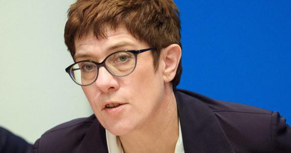 """Szefowa CDU Annegret Kramp-Karrenbauer oświadczyła na konferencji zorganizowanej przez dziennik """"Frankfurter Allgemeine"""", że jedyni, którzy obecnie potrafią doskonale wykorzystać strefę Schengen, to przestępcy, a nie stróże prawa."""