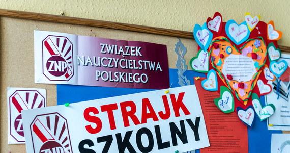 Władze Warszawy krytykują projekt rozporządzenia, przy pomocy którego ministerstwo edukacji chce uratować kwietniowe egzaminy ósmoklasisty i gimnazjalne.