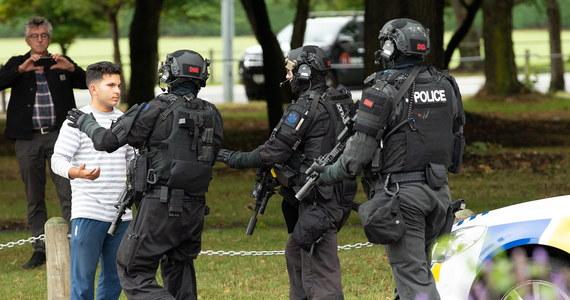 Co najmniej 49 osób nie żyje. W szpitalach jest 20 rannych. Wśród nich są dzieci. To najnowsze informacje w sprawie strzelanin, do których doszło w dwóch meczetach w Christchurch w Nowej Zelandii. Zatrzymano cztery osoby - 3 mężczyzn i kobietę.