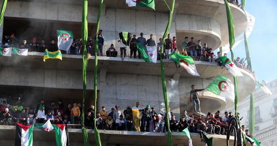 75 osób zostało aresztowanych, a 11 policjantów zostało rannych w piątkowych demonstracjach antyprezydenckich w stolicy Algierii Algierze - poinformował Reuters, powołując się na miejscową policję.