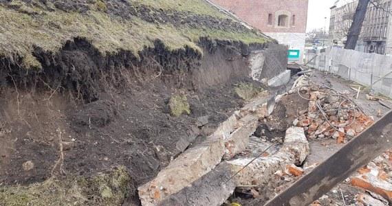 Podczas prac na Zamku Królewskim na Wawelu osunęła się ziemia. Pod jej ciężarem zawaliła się część muru i budowlane konstrukcje. Zginął 45-letni robotnik. Prace polegały na wzmocnieniu północnego zbocza wzgórza.
