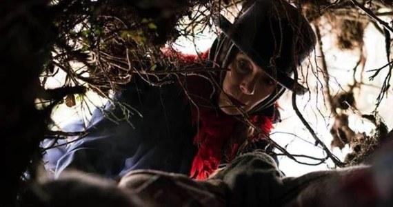 """""""Ciemno, prawie noc"""" jest okrutną baśnią dla dorosłych, naszą polską, hardcore'ową wersją """"Alicji w krainie czarów"""" - powiedział reżyser Borys Lankosz podczas poniedziałkowej premiery filmu, zrealizowanego na podstawie powieści Joanny Bator pod tym samym tytułem."""