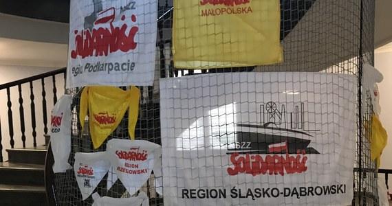 Po południu planowane są kolejne rozmowy nauczycielskiej Solidarności ze stroną rządową. To ostatni dzień, który nauczyciele dają przedstawicielom rządu na spełnienie ich postulatów przed zapowiadanym na jutro zaostrzeniem protestu. Od ponad tygodnia nauczyciele okupują budynek kuratorium w Krakowie.