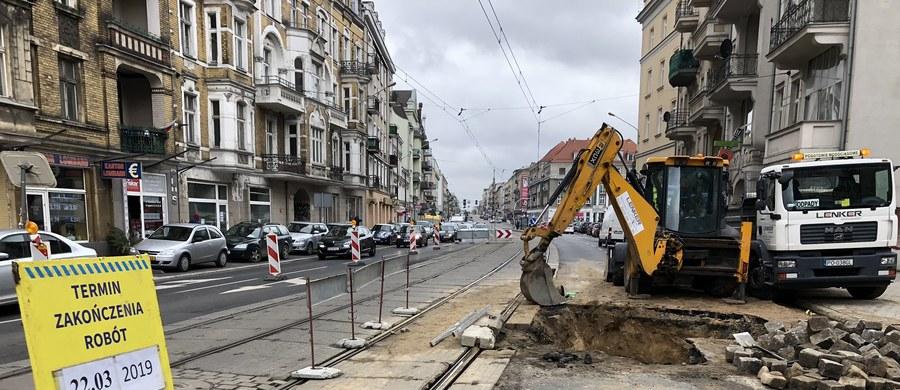 Awaria wodociągowa w centrum Poznania! Na ulicy Głogowskiej pękła rura. Są utrudnienia w ruchu MPK.