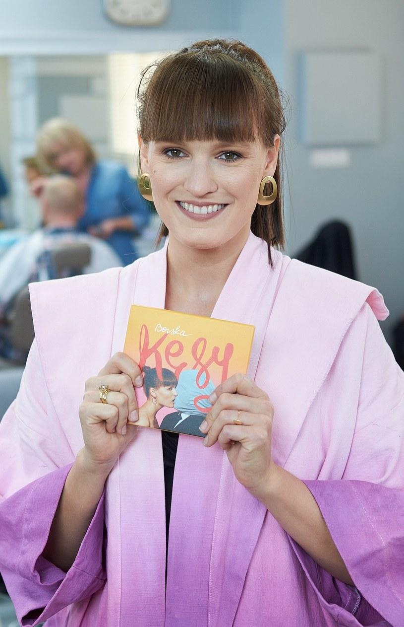 """W ramach promocji swojej płyty """"Kęsy"""" Bovska prezentuje teledysk do piosenki """"Gdy na mnie patrzysz""""."""