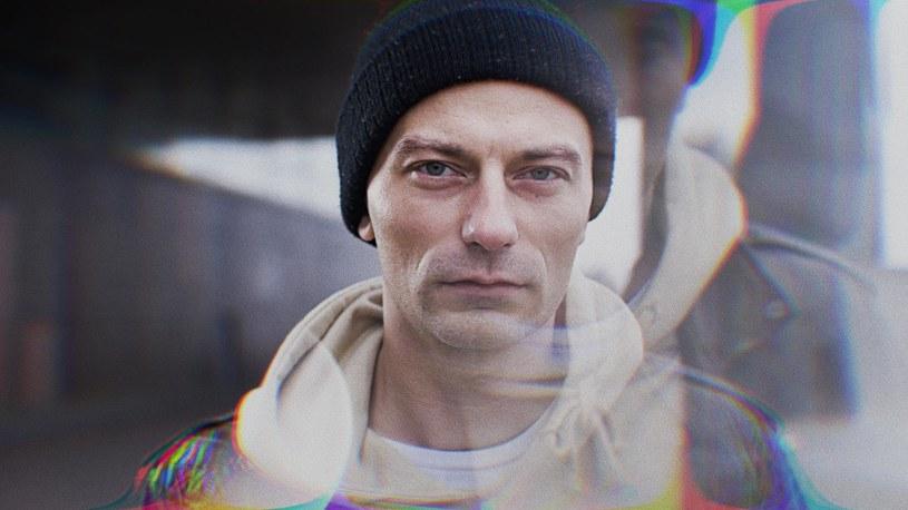 """Emil Blef kazał czekać fanom na nowy album aż 11 lat. """"Przesunięcia"""" ujrzą światło dzienne pod koniec marca, a promuje je singel i teledysk """"KO""""."""