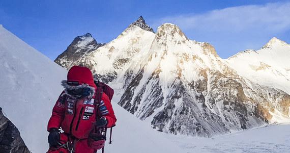 Szczyt K2 wciąż pozostaje niezdobyty zimą. Alex Txikon zakończył zimową wyprawę, opuścił bazę pod tym ośmiotysięcznikiem i wraca już do Askole przez lodowiec Baltoro. Po zakończeniu akcji poszukiwawczej na Nanga Parbat, gdzie zginęli Włoch Daniele Nardi i Brytyjczyk Tom Ballard, członkowie zespołu baskijskiego himalaisty podjęli ostatnią próbę wyjścia w górę na K2. Wiatr uniemożliwił jednak dotarcie w rejon nierozpoznany dotąd w warunkach zimowych. Jak podaje Txikon w relacji przesłanej dziennikarzowi RMF FM Michałowi Rodakowi, jego ekipa dotarła ostatecznie na wysokość 7150 metrów. Zdecydowała się na rezygnację z dalszej wspinaczki z powodu silnego wiatru.
