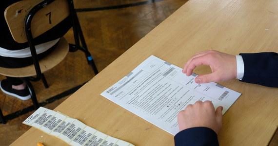 """""""Każda grupa zawodowa ma prawo do strajku, ale nie można tego robić kosztem uczniów"""" – napisała Rada Dzieci i Młodzieży Rzeczypospolitej Polskiej i Koalicja Młodzieżowych Rad na rzecz Praw Ucznia w liście otwartym do MEN i do związków nauczycielskich."""