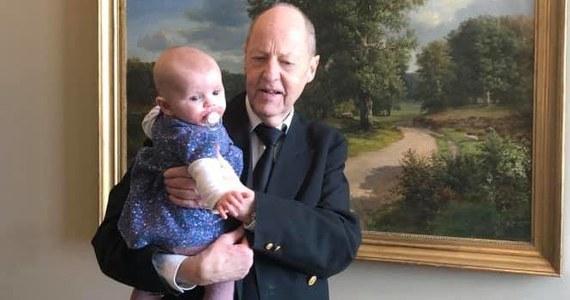 Mette Abildgaard jest duńską posłanką i mamą 5-miesięcznej dziewczynki. W dniu, gdy ojciec nie mógł zająć się dzieckiem, zabrała córkę do pracy. Nie wszystkim się to spodobało. Polityczka została poproszona o usunięcie dziecka z sali posiedzeń parlamentu.