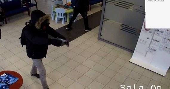Poszukiwani sprawcy napadu na bank w Katowicach. Złodzieje skradli pieniądze i uciekli. Policja nie ujawnia ile pieniędzy zabrano.