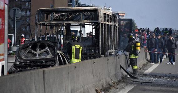 Włoscy karabinierzy zatrzymali 47-latka, który porwał szkolny autokar. W środku było 51 uczniów szkoły średniej w Crema na północy Włoch. Policji udało się uwolnić wszystkie dzieci. 12 z nich i dwoje dorosłych trafiło do szpitala z powodu podtrucia dymem.