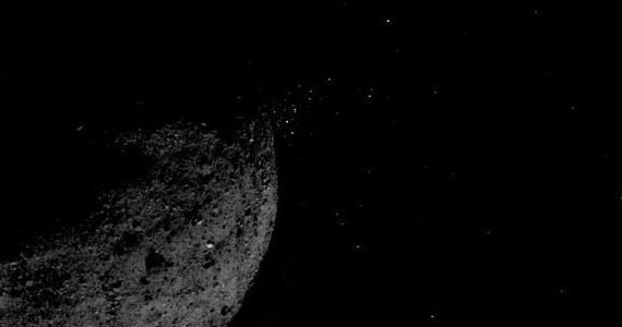 Japońscy i amerykańscy naukowcy, korzystający z danych przesłanych przez sondy Hayabusa2 i OSIRIS-REx, odsłaniają tajemnice kosmicznych kup gruzu, planetoid Ryugu i Bennu. Ryugu, badana przez japońską sondę Hayabusa2, okazuje się zaskakująco sucha. Niemal dwukrotnie mniejsza Bennu, wokół której krąży OSIRIS-REx, ma znacznie bardziej nieregularną powierzchnię, niż się spodziewano. W obu przypadkach badania mają pomóc w rozszerzeniu naszej wiedzy o przeszłości i przyszłości Układu Słonecznego, w tym dostarczyć informacji o początkach życia i... grożących nam niebezpieczeństwach.