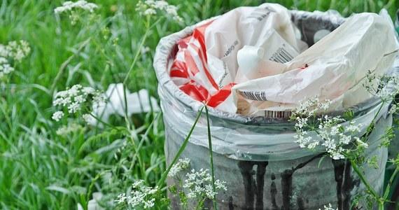 """Ministerstwo Środowiska chce, by odpady komunalne można było wozić nawet na drugi koniec Polski - samorządy ostrzegają: wylądują w rowach i lasach – informuje """"Rzeczpospolita""""."""