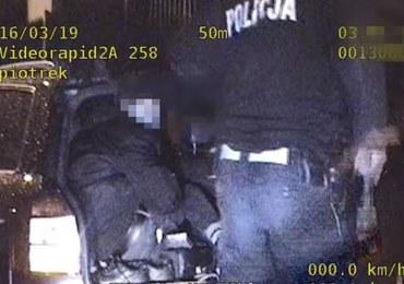 19-latek pod wpływem alkoholu uciekał przed policją. Wiózł 7 pasażerów, jednego w bagażniku