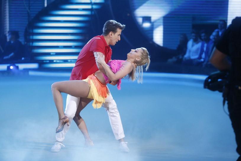 """""""Teraz tańczymy rumbę i parę razy Justyna się zawstydziła. Aż mnie to zdziwiło"""" - powiedział Tomasz Barański, taneczny partner Justyny Żyły. Co działo się na próbie przed czwartym odcinkiem """"Dancing with the Stars. Taniec z Gwiazdami""""? Sprawdźcie!"""