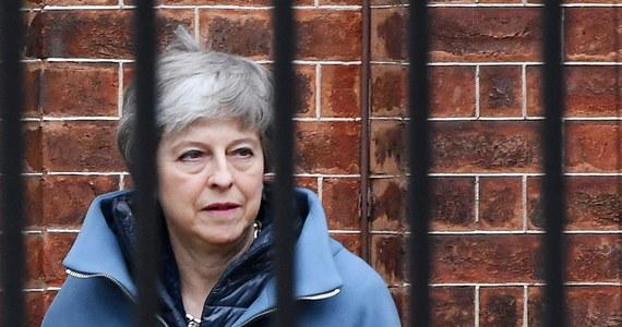 Nie należy dolewać oliwy do ognia, szczególnie jeśli płonie na otwartej beczce z prochem. Wczorajsze orędzie brytyjskiej premier Theresy May wylało na brexit hektolitry oliwy. Przemawiając przed kamerami telewizyjnymi, premier oskarżyła parlament o wojnę podjazdową – grę, która doprowadziła do konieczności przedłużenia procedury wyjścia Wielkiej Brytanii z Unii Europejskiej. Pani May wielokrotnie sugerowała, że stanie się to po jej politycznym trupie. Właśnie podpisała własny akt zgonu.