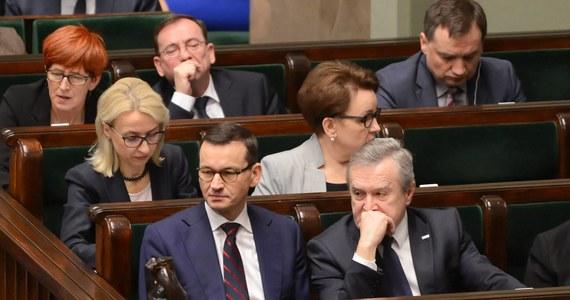Nie będzie premiera, będzie za to minister finansów. Reporter RMF FM Grzegorz Kwolek poznał skład rządowej delegacji na poniedziałkowe rozmowy z nauczycielami, którzy domagają się podwyżek i grożą strajkiem.