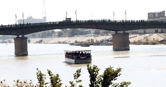 Co najmniej 54 osoby zginęły, kiedy w czwartek na rzece Tygrys w pobliżu Mosulu w Iraku zatonął prom - informuje AFP, powołując się na władze. 28 osób jest zaginionych. Większość ofiar to kobiety i dzieci, które nie potrafiły pływać - wskazał Husam Khalil, szef mosulskiej obrony cywilnej.
