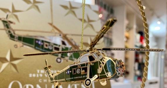 Wiemy jak wygląda tegoroczna, oficjalna, bożonarodzeniowa ozdoba Białego Domu. I choć w kalendarzu dziś pierwszy dzień wiosny, to w Waszyngtonie można już kupić świąteczny ornament. W tym roku ozdoba upamiętnia prezydenta Dwighta Eisenhowera, który zaczął regularnie korzystać ze śmigłowców jako prezydenckiego środka transportu.